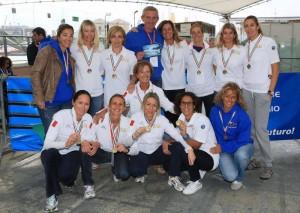 Le donne della Canottieri Sanremo insieme a Renato Alberti
