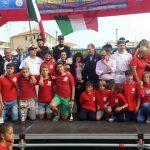 Il gruppo dei giovani della canottieri Sabazia con presidente Ruggero De Gregori