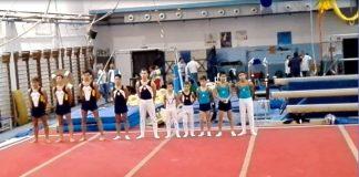I ginnasti schierati prima dell'inizio della loro prova