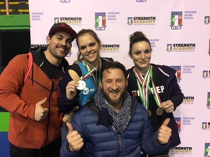 Il coach Alessandro Bianchelio, Gaia Siena SE al centro, Milena Gianelli SE dx, Delegato FIPE Simone Capelli